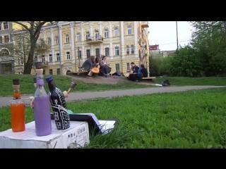 бонги слушают музыку в Киеве.
