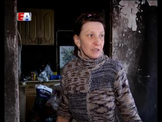 Чужой беды не бывает. С ремонтом квартиры после пожара жительнице Первоуральска решили помочь белые металлурги и депутаты.