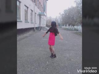 Первому снегу радуешься как ребенок. Выбегаешь на улицу, а там такими хлопьями падает первый снег . Смотришь вверх и вокруг и о