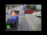 Грузовик загорелся после столкновения с мотоциклом в Китае