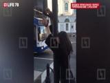 На Невском проспекте петербуржец приковал девушку наручниками к светофору