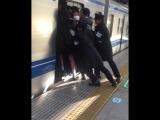 Токио. Специально обученные люди помогают гражданам занять своё место в вагоне метро))).