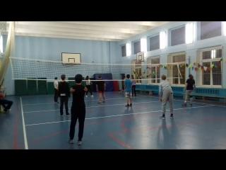 Игра в волейбол. Подростковая группа.