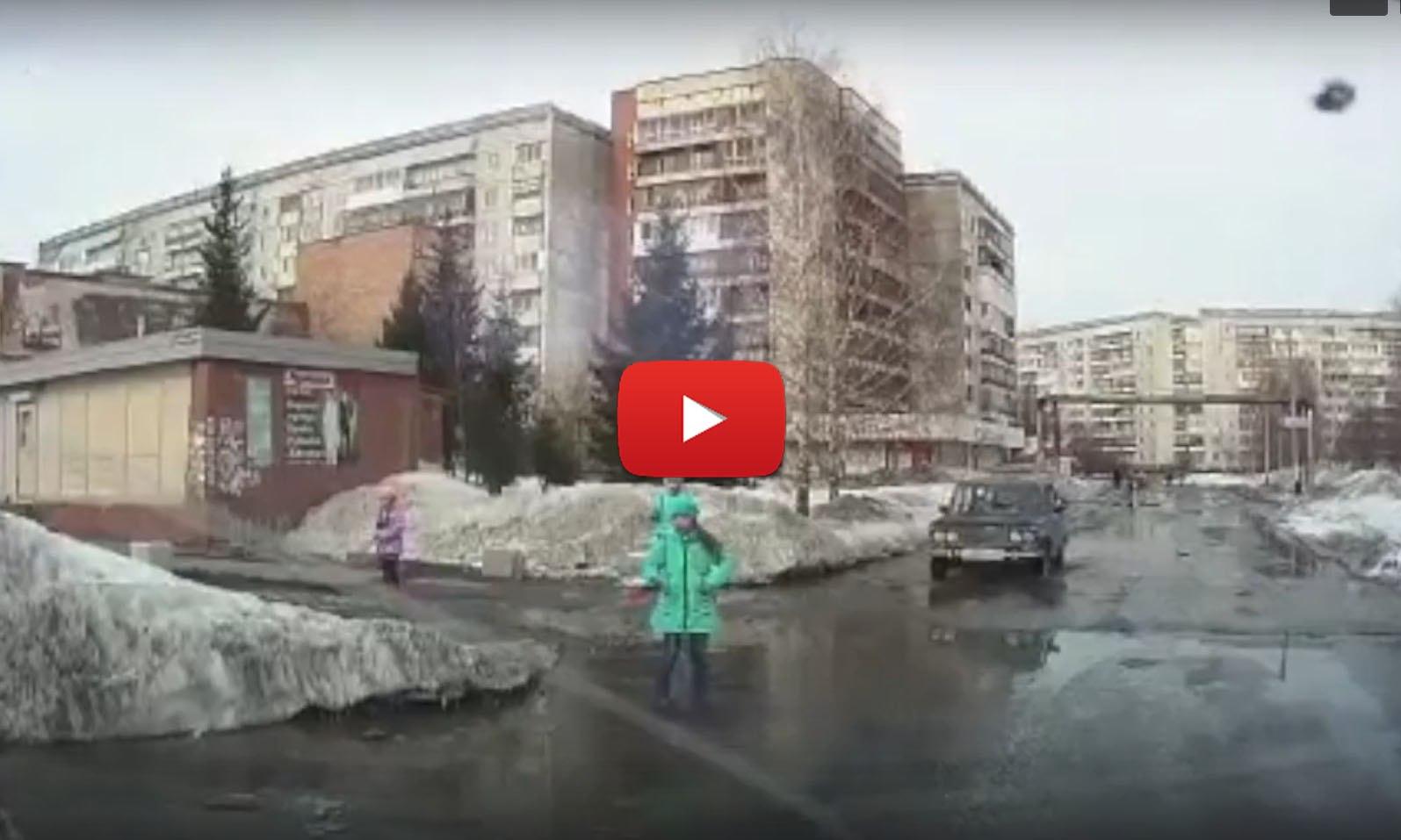 В Томске школьница утонула в дорожной яме (видео)