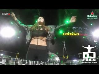 Девушка-диджей так активно прыгала на сцене, что даже не заметила, как силиконовые накладки выпали из ее топа