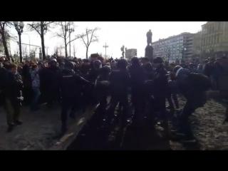 Митинг 26.03.17 – Избиение лежачего