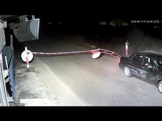 тачка штурмует КПП в  Спутнике (Пенза), снося шлагбаум