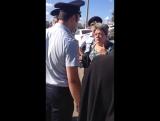 Полицейские хотели забрать парня за то, что он помогал держать плакат!
