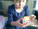 Даяна собирает кубик рубик))