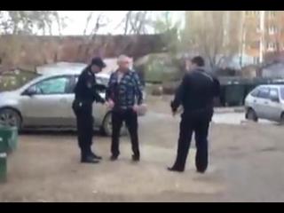 Неадекватный мужчина с ножом на улице Федосеева