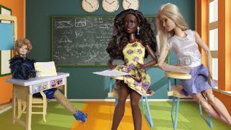 Барби списывает на экзамене в школе. Мама Барби, Маша и медведь
