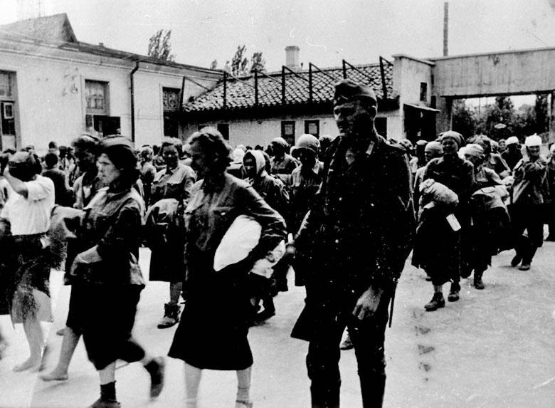 Этап советских женщин-военнопленных прибыл в Dulag 241, Симферополь (лето или начало осени 1942 г.)