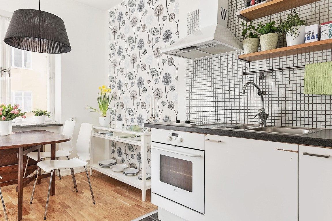 Квартира-студия квадратной планировки 35 м с частично отделенной кухней.