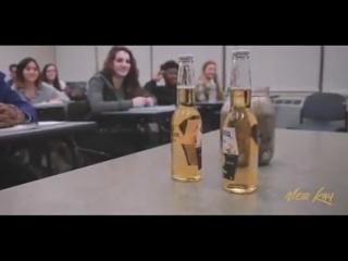 Учитель зашел в класс и поставил на стол перед учениками пустую банку…