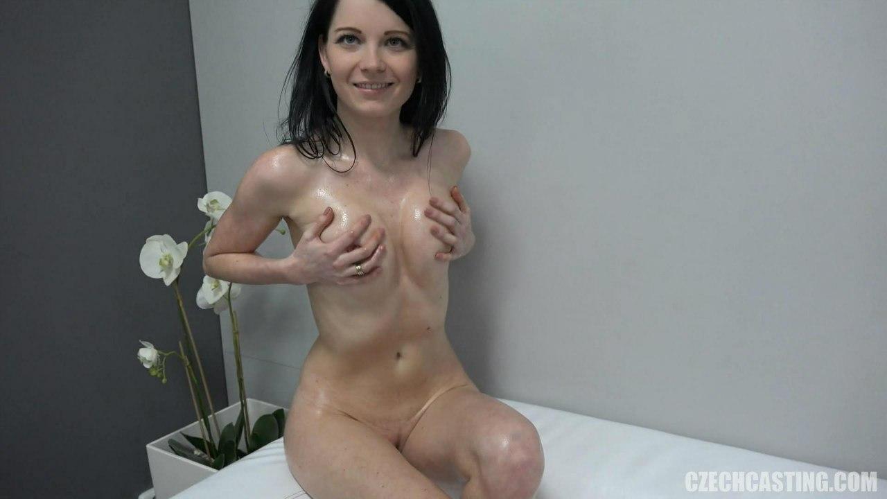 Сексуальная девушка голая держится за грудь