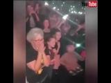 67-летняя поклонница Робби Уильямса не смогла сдержать эмоции на его концерте