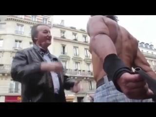Бомж культурист из Парижа выглядит накаченнее тебя