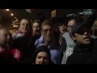 Главный тренер «Спартака» Массимо Каррера празднует чемпионство «Спартака» с болельщиками.