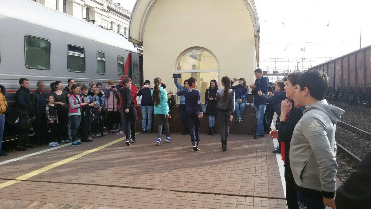 На платформе детишки показали дагестанские народные танцы