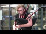 Необычный музыкант  на улице Лейпцига. Играет чудесно !