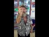 Изрядно выпивший мужчина показывает фокус с сигаретой