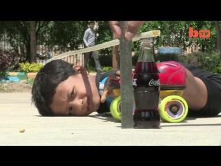 Трюкачи. Шестилетний ребенок проезжает на роликах под 39 внедорожниками