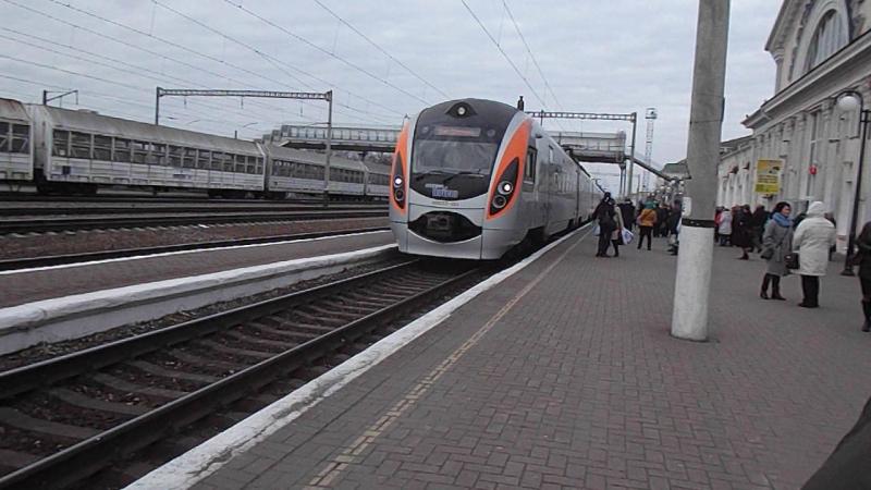 Прилетает в полтаву скорый електропоезд