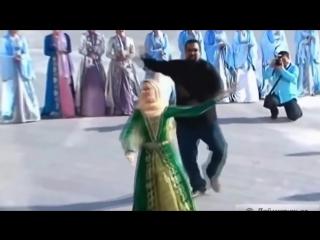 Стивен Сигал танцует лезгинку