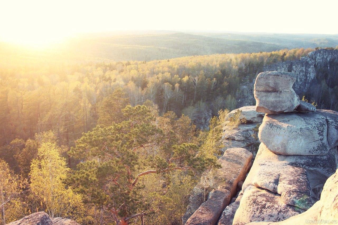 Скалы в лучах заходящего солнца
