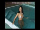 стриптиз в бассейне / лесбиянки девочки девушки малолетки школьницы голые мастурбация эротика порно секс стриптиз