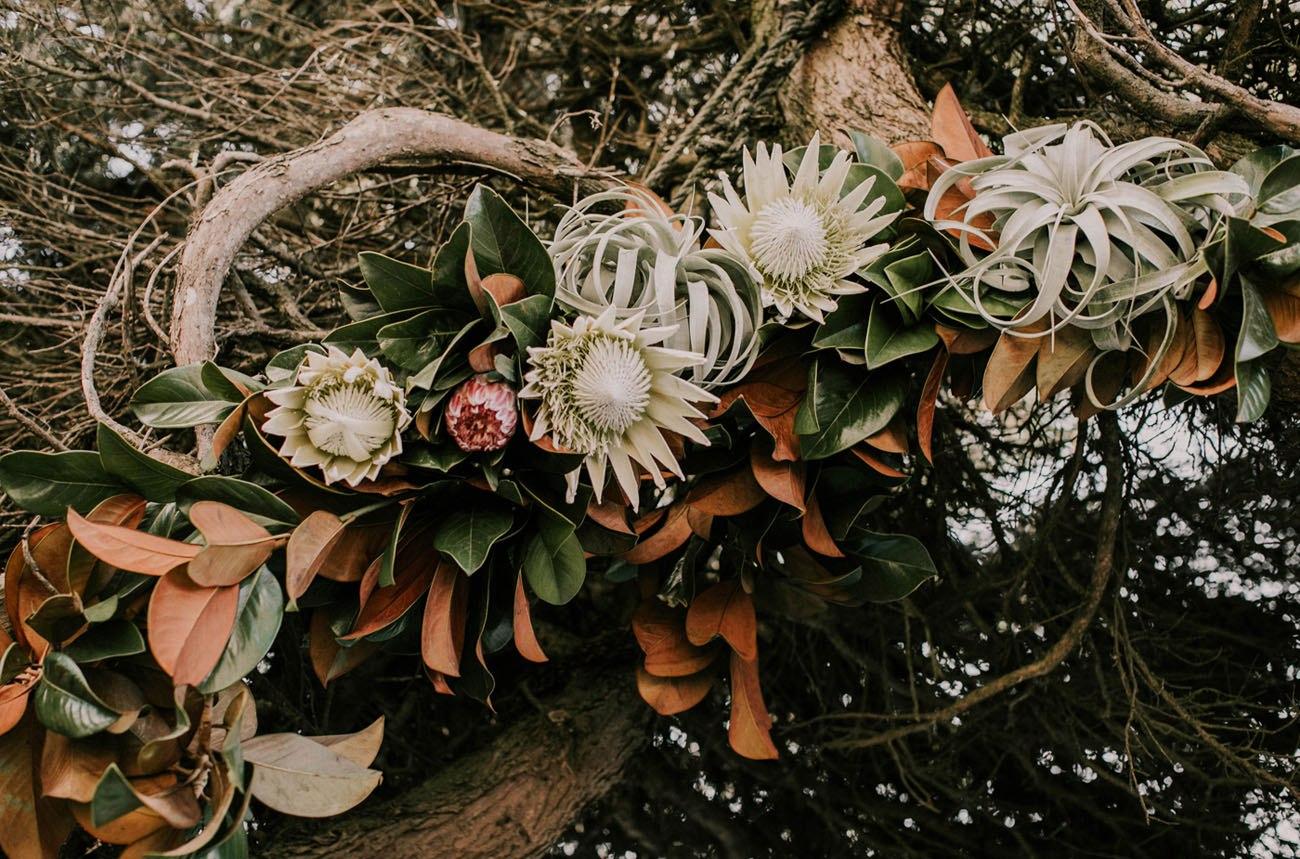 EVqy5KdX1cE - Свадьба в заповедном лесу на берегу океана (26 фото)