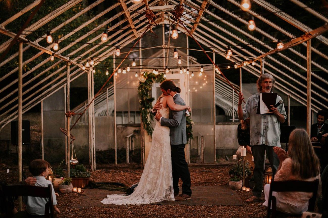 VgfJinvd3AQ - Свадьба в заповедном лесу на берегу океана (26 фото)