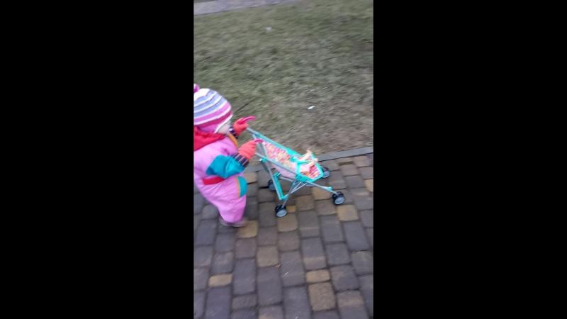 20170408-Молодая мамаша на прогулке