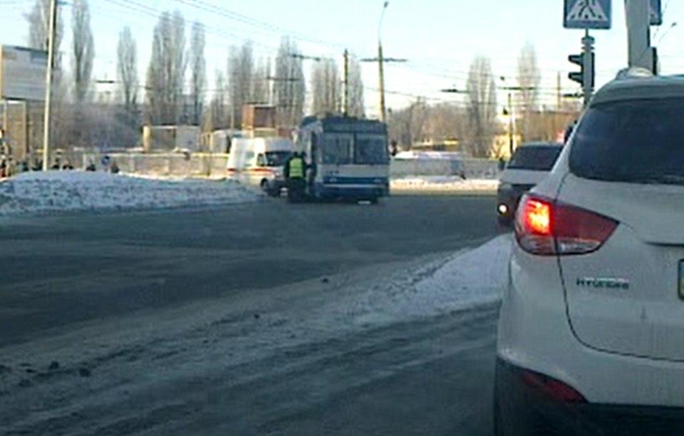 Женщине стало плохо в троллейбусе (ФОТО)