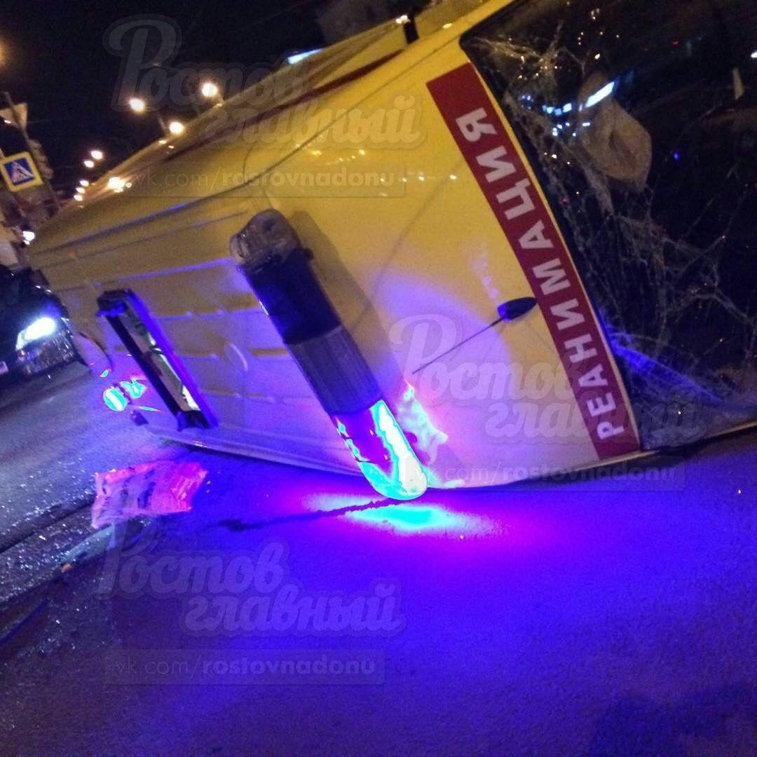 Такси перевернуло реанимацию «скорой» вРостове-на-Дону