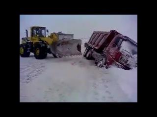 погрузчиком вытаскиваем камаз из снежного плена крайний север россии