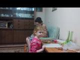 Лина в гостях у тети Гали и тети Ады Клеим наклейки и кидаемся мягкими игрушками.