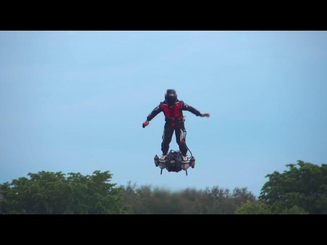 Человек летает на дроне Будущее близко