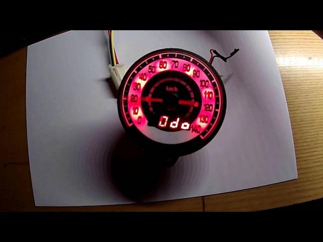 Спідометр цифровий. Стрілка робить тест-коло.