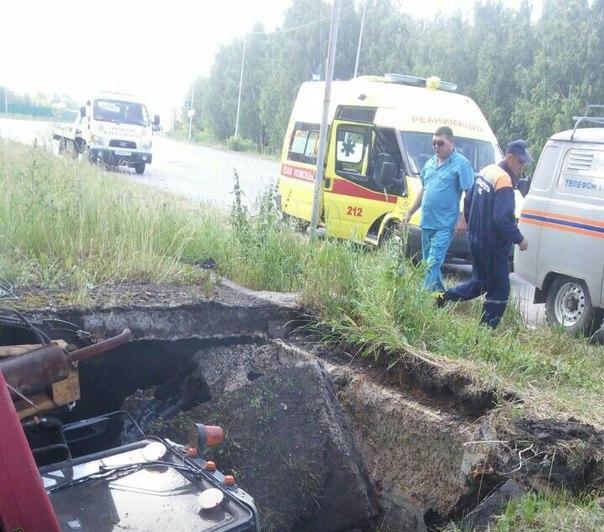 В Альметьевске трактор упал в яму теплотрассы