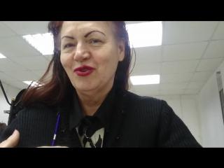Женщина недовольна уровнем сервиса в учебной парикмахерской