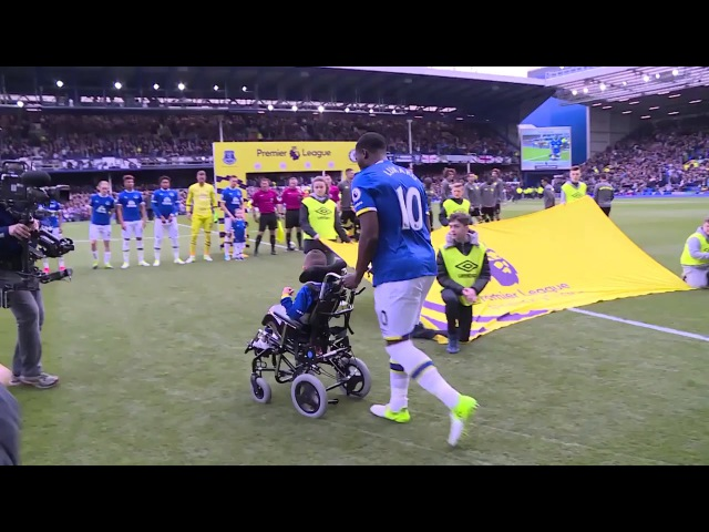 Romelu Lukaku bring someone on to the pitch.