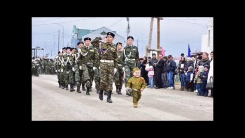 В Якутии двухлетний мальчик возглавил Парад Победы.