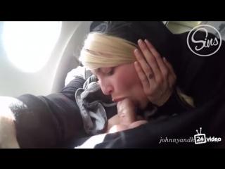 Жена сосет в самолете сиськи пышным