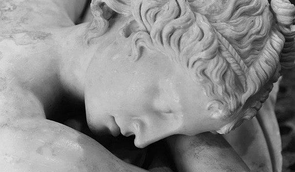 статуя спящей девушки