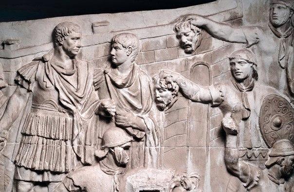 Колонна Трояна. Римские легионеры демонстрируют отрубленные головы врагов