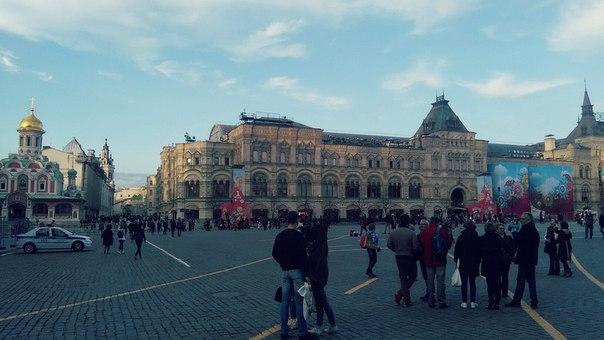 ГУМ уже готов к первомаю. Самый крайн Красной площади.
