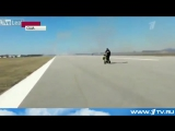 Квадроцикл против самолёта на взлетной полосе