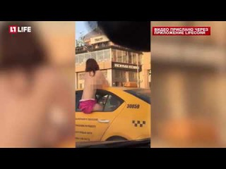 Голая девушка ехала на такси по Москве и показывала обнаженную грудь