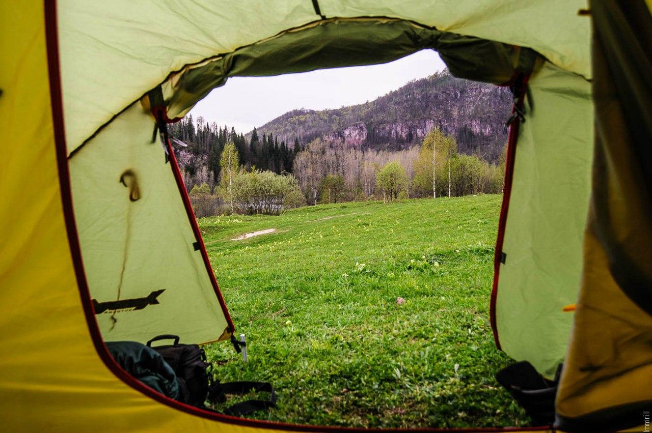 Лагерь на лугу у Розовых скал